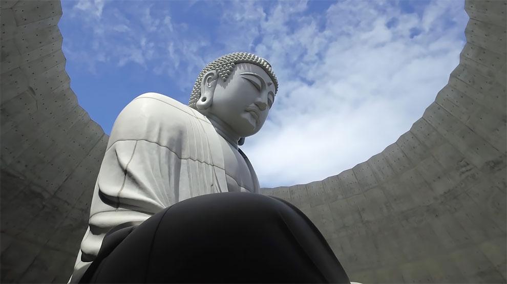 Архитектор Тадао Андо обволакивает гигантскую статую Будды в храме на лавандовой горе