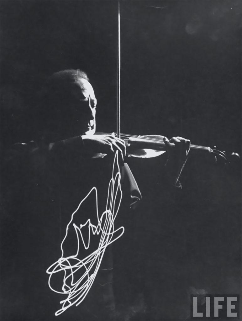 Невероятные фотографии скрипача Яши Хейфца показывающие траекторию движения смычка в 1952 году